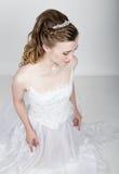 Het mooie bruid grappige stellen, die verschillende emoties uitdrukken Mooie bruid met het kapsel van het manierhuwelijk Grappige Royalty-vrije Stock Foto