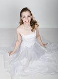 Het mooie bruid grappige stellen, die verschillende emoties uitdrukken Mooie bruid met het kapsel van het manierhuwelijk Grappige Royalty-vrije Stock Foto's