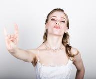 Het mooie bruid grappige stellen, die verschillende emoties uitdrukken Mooie bruid met het kapsel van het manierhuwelijk Grappige Stock Afbeeldingen