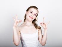 Het mooie bruid grappige stellen, die verschillende emoties uitdrukken Mooie bruid met het kapsel van het manierhuwelijk Grappige Stock Fotografie