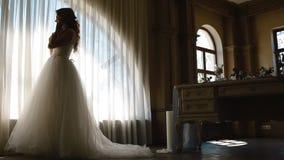 Het mooie bruid stellen dichtbij verfraaide lijst stock footage