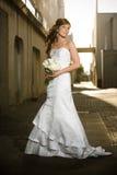 Het mooie bruid stellen in een grungy steeg Stock Afbeelding