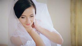 Het mooie bruid stellen voor de camera stock footage