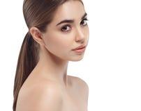 Het mooie brunette van de het portret jonge studio van het vrouwengezicht dichte omhooggaande Royalty-vrije Stock Afbeelding
