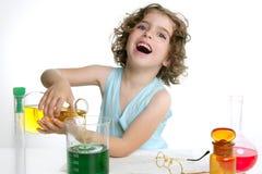 Het mooie chemiemeisje spelen in laboratorium Royalty-vrije Stock Fotografie