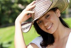 Het mooie Columbiaanse meisje in een hoed royalty-vrije stock afbeeldingen
