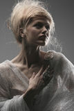 Het mooie creatieve kapsel van het peinzende aantrekkingskrachtmeisje Stock Afbeeldingen