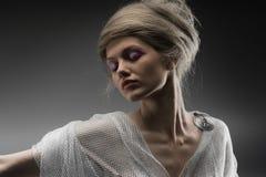 Het mooie creatieve kapsel van het peinzende aantrekkingskrachtmeisje Stock Foto's