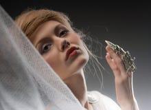 Het mooie creatieve kapsel van het peinzende aantrekkingskrachtmeisje Stock Foto