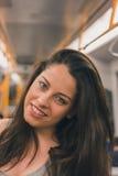 Het mooie curvy meisje stellen in een metro auto stock foto's