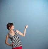 Het mooie dame gesturing met exemplaarruimte Stock Foto's