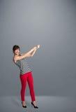 Het mooie dame gesturing met exemplaarruimte Royalty-vrije Stock Fotografie