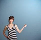 Het mooie dame gesturing met exemplaarruimte Stock Afbeeldingen