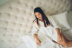 Het mooie dame ontspannen in bed Stock Fotografie
