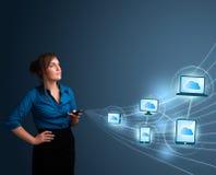 Het mooie dame typen op smartphone met wolk gegevensverwerking stock afbeeldingen