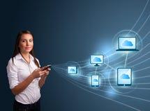 Het mooie dame typen op smartphone met wolk gegevensverwerking royalty-vrije stock afbeeldingen