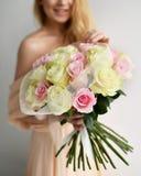 Het mooie de greepboeket van de vrouwenbruid van witte en roze rozen bloeit het gelukkige glimlachen Stock Fotografie