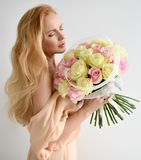 Het mooie de greepboeket van de vrouwenbruid van witte en roze rozen bloeit het gelukkige glimlachen Royalty-vrije Stock Foto's