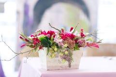 Het mooie decor van bloemenboeketten Stock Afbeeldingen