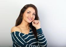 Het mooie het denken natuurlijke toothy het glimlachen vrouw kijken stock fotografie