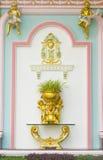 Het mooie detail van de pleistercherubijn met bladgoudkammossel en eiken l Stock Fotografie