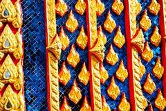 Het mooie detail van de de tempelarchitectuur van Wat Thai gouden, Photharam stock fotografie