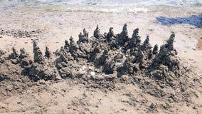 Het mooie die Landschap van de Zandberg, van zand op het strand wordt gemaakt stock afbeelding
