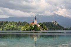 Het mooie die Meer in Julian Alps en de Veronderstelling van Mary Church wordt afgetapt, tapte Slovenië af Bergen, Oude kerk in h stock afbeelding