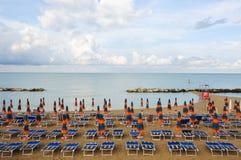 Het mooie die strand langs de kust van Conero in wordt gevestigd brengt in de war Stock Foto