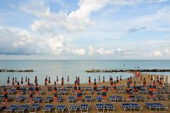 Het mooie die strand langs de kust van Conero in wordt gevestigd brengt in de war Stock Foto's