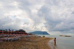 Het mooie die strand langs de kust van Conero in wordt gevestigd brengt in de war Royalty-vrije Stock Foto