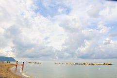 Het mooie die strand langs de kust van Conero in wordt gevestigd brengt in de war Royalty-vrije Stock Afbeelding