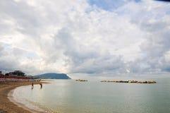Het mooie die strand langs de kust van Conero in wordt gevestigd brengt in de war Royalty-vrije Stock Afbeeldingen