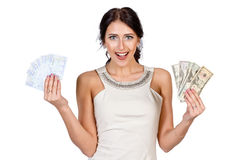Het mooie donker-haired meisje toont gemakkelijk geld Royalty-vrije Stock Afbeeldingen