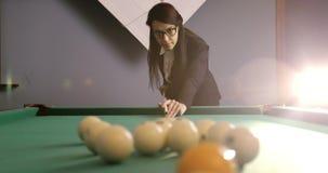 Het mooie donkerbruine bedrijfsvrouw spelen in Russisch biljart stock video