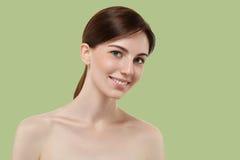Het mooie donkerbruine haar van het Vrouwenmeisje op de zomer groene in kleur Stock Fotografie
