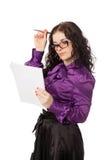 Het mooie donkerbruine het denken notitieboekje en de pen van de vrouwenholding Stock Foto