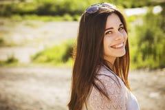 Het mooie donkerbruine Kaukasische jonge vrouw laughting tonen perfe Stock Foto