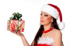 Het mooie donkerbruine Meisje die van de Kerstman een nieuwe jaargift zoeken Royalty-vrije Stock Foto
