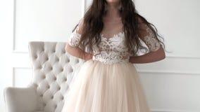 Het mooie donkerbruine meisje draagt een rok Aantrekkelijk en meisje die springen lachen stock videobeelden