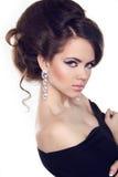 Het mooie Donkerbruine Meisje met kapsel en maakt omhoog op w geïsoleerd= royalty-vrije stock afbeeldingen