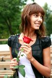 Het mooie donkerbruine meisje met Knop van nam toe royalty-vrije stock afbeelding