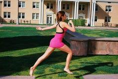 Het mooie Donkerbruine Meisje Springen Stock Fotografie