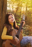 Het mooie donkerbruine meisje van de gitaarspeler Royalty-vrije Stock Foto