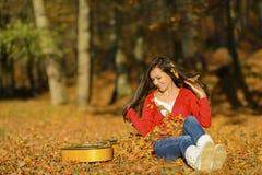 Het mooie donkerbruine meisje van de gitaarspeler in het bos Stock Afbeelding