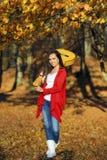 Het mooie donkerbruine meisje van de gitaarspeler in het bos Royalty-vrije Stock Foto's
