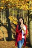 Het mooie donkerbruine meisje van de gitaarspeler in het bos Stock Foto's