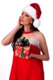 Het mooie donkerbruine Meisje van de Kerstman veronderstelt gift Royalty-vrije Stock Afbeelding
