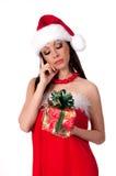 Het mooie donkerbruine Meisje van de Kerstman veronderstelt gift Royalty-vrije Stock Foto