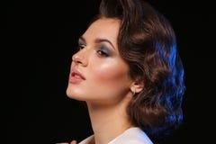 Het mooie donkerbruine model stellen in test het schieten De vrouwelijke manier van het emotiemeisje Stock Afbeeldingen